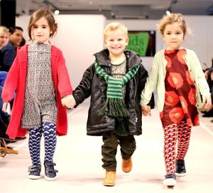 Детская модная и стильная одежда оптом с успехом покупается онлайн со времени нашего приобщения к Интернету